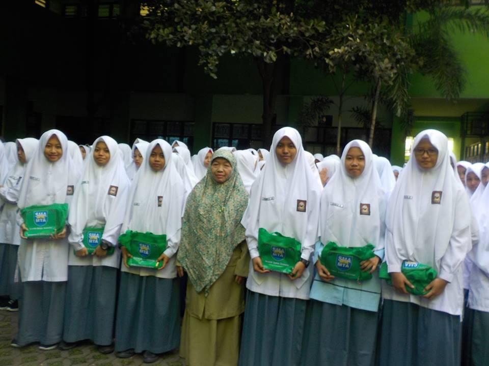penerimaan-hadiah-juara-kelas-semester-2-peringkat-paralel-dan-penghargaan-tahfidz-2016-2017