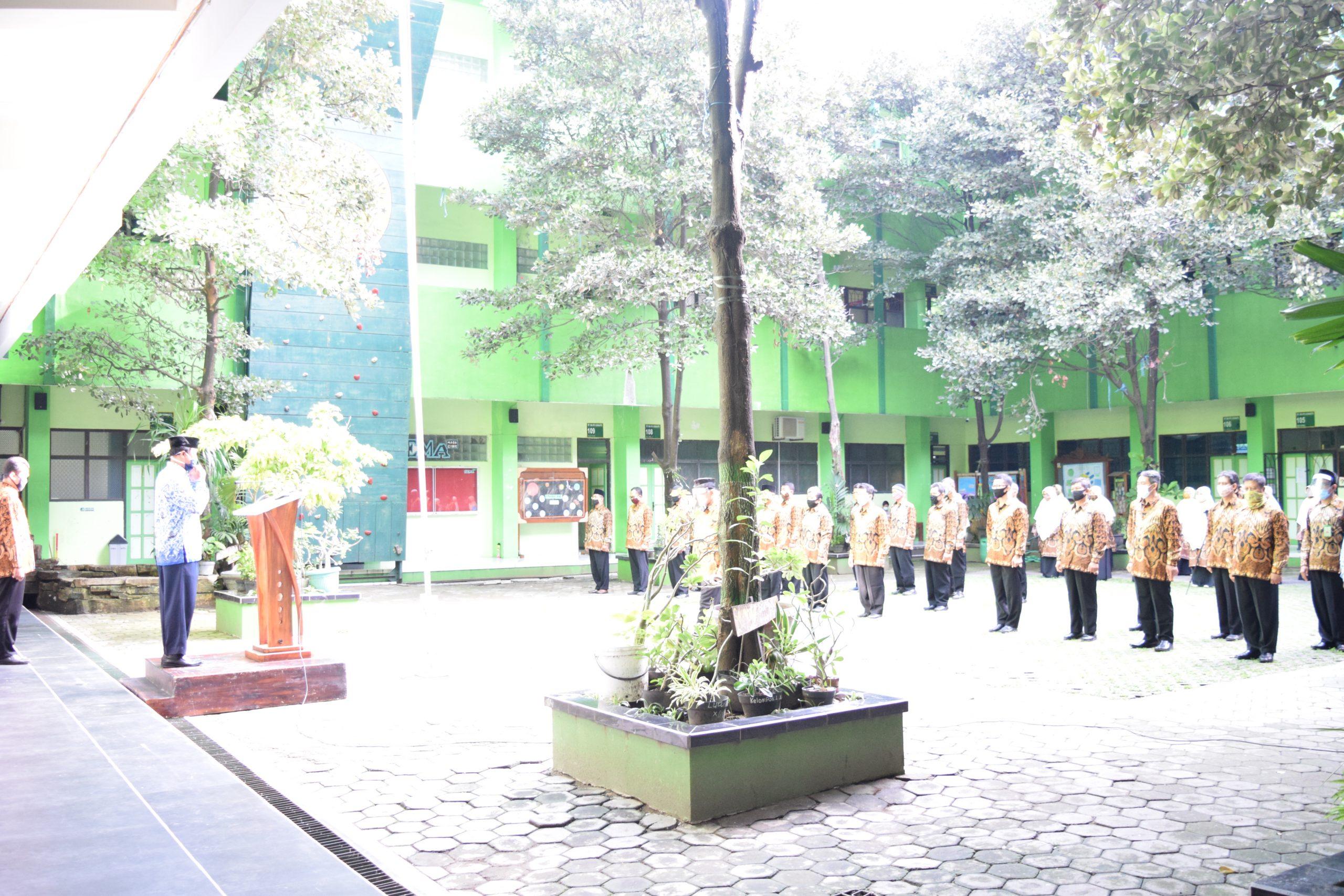 Upacara bendera dalam rangka memperingati Hari Guru Nasional (HGN) Tahun 2020